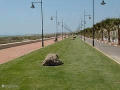Paseo Maritimo van Almerimar waar je heerlijk kunt wandelen en genieten van strand en zee.