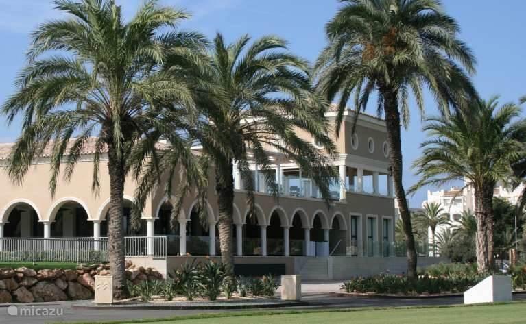 Clubhuis van de Golfclub  waar men heerlijk kan luchen en of dineren