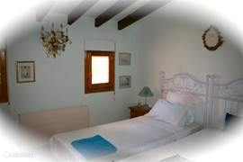 De romantische bovenslaapkamer met goede losse bedden die uit en naar elkaar toe geschoven kunnen worden, sfeervol en apart. U loopt via uw kamer zo, via een kleine overloop, naar de 2e prive badkamer.
