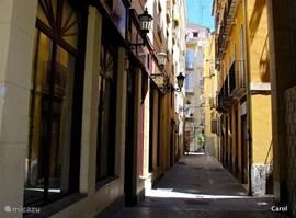 De oude smalle straatjes van het historisch centrum van Valencia.