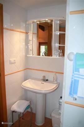 Gedeelte van de badkamer boven, (uiteraard met toilet buiten zicht) én een heerlijk uitzicht, zittend vanaf die plek...