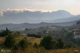 Achter Benisa strekt zich een prachtig gebied uit, akkerland, huisjes, bergen ,bossen...verstopte weggetjes...tot aan de kust.
