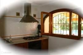 De andere zijde van uw keuken met uitzicht op uw terras zwembad en tuin. Royale keuken met: afzuigkap,magnetron,  2 ovens, broodrooster, waterkoker, picador, mixer,tosti-apparaat, senseo enz.