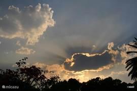 Onweer op komst vanuit de tuin zie je de wolkenluchten goed veranderen...