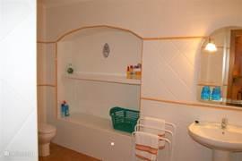 De beneden-badkamer is zeer ruim en aansluitend op uw slaapkamer. Er is een thermostaatkraan, ruime douche, handgreep, kruk, weegschaal,föhn enz.