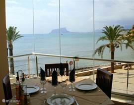 Daarbij heeft El Portet een leuk  en goed visrestaurant waar u, vanaf de van te voren gereserveerde tafel aan het raam, een prachtig schouwspel hebt bij ondergaande zon.