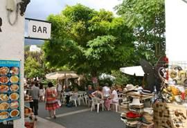 Het dorp Quadelest kan je vergelijken met het Valkenburg in Nederland. veel leuke kleine winkeltjes en terrasjes, snuisterijen, toeristen, maar ook....gezellig, sfeervol,bijzonder. het is gebouwd op een richel en boven heb je een prachtuitzicht over het stuwmeer en de omgeving.