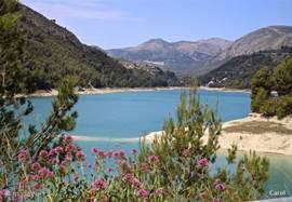 Spanje is zo afwisselend en dat op een half uur bij ons vandaan. Stuwmeren, kronkelwegen, de verbinding van het ene naar het andere dorp.Binnendoorweggetjes je komt er geen mens tegen.