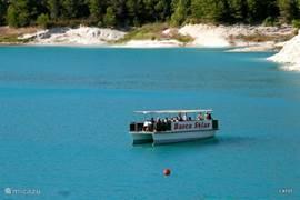 Dit is deze solarboot waar je op mee kunt varen op het stuwmeermeer van Guadalest. Het is een ambitieus  project van een oudere Spaanse ingenieur.. Hij heeft jaren  in Maastricht gewerkt. Met veel gevoel en passie voor de natuur heeft hij deze ecologische boot vanuit eigen beurs laten bouwen.