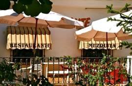 Een origineel Spaans tapasrestaurant in de bergen van Quadelest vlak bij het stuwmeer. Wat u per persoon betaald voor een tapasmenu met brood. aioli, tomatensaus ,wijn, water koffie , huisgemaakt dessert en mistela ?  € 15 per persoon en dan ook nog een prachtuitzicht.