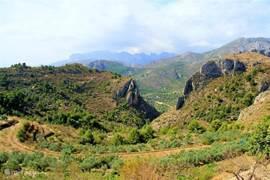 De bergen rondom zijn fascinerend en liefelijk tegelijk.Ik hoor van veel mensen dat de kust wel mooi is, maar het dichtbij gelegen binnenland veel boeiender. Dat ben ik met ze eens.