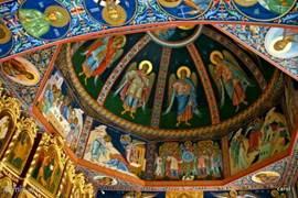 De binnenkant van deze kerk is rijk en devoot tegelijkertijd.Het  plavond is dan wel geen Michel Angelo maar wel kleurrijk en kunstig.