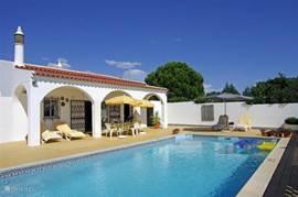 Groot zonnig terras, 100% privacy. Ziet u zich al liggen in het zwembad? Wijntje er bij :-)