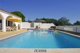 Het terras is helemaal ommuurd dus privacy gegarandeerd. Het terras is 17 x 14 m waarin het zwembad van 10 x 5 m.