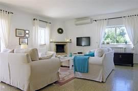 Gezellige woonkamer met comfortabele banken en stoelen