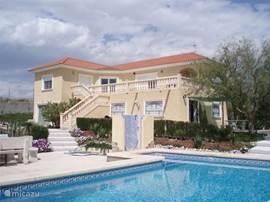 RUST EN RUIMTE KENMERKEN ONZE VILLA EN OMGEVING, Busot, Urb Llano de los Past, Alicante. Tuin  (1.800 m2) met zwembad.  Fraai uitzicht. Op 8 km van strand.Wij verhuren in principe alleen de benedenverdieping, op verzoek blijft de bovenverdieping onbewoond