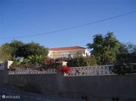 Aanzicht villa vanaf straat