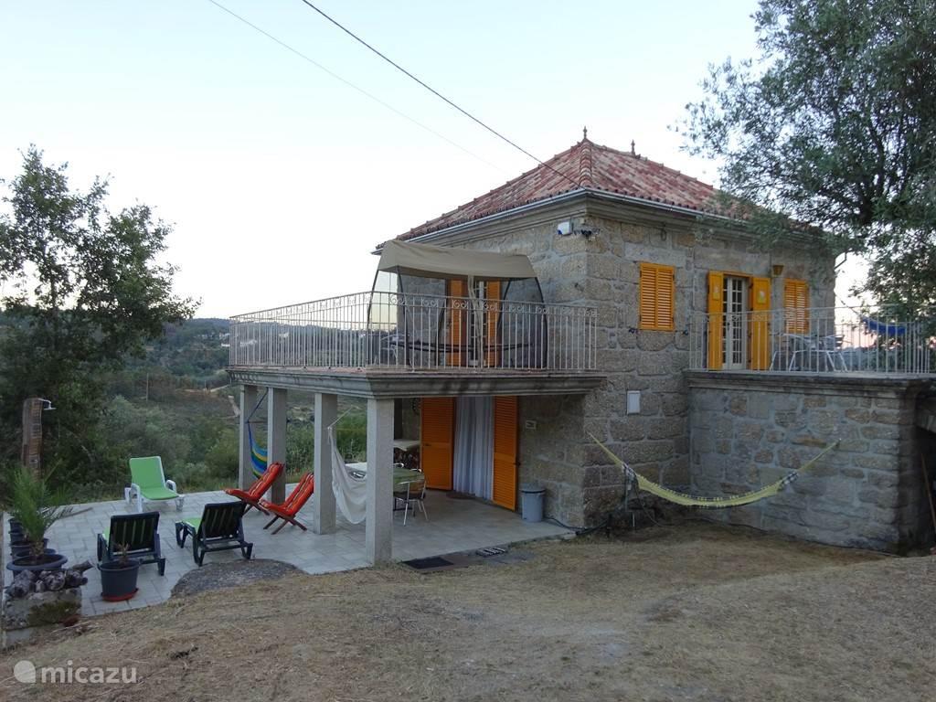 Zicht op huis en terras