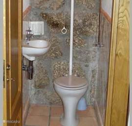 De tweede toilet op de eerste verdieping naast de woonkamer en de twee stapelbed slaapkamers.