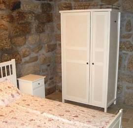 De eerste begane grond slaapkamer voor 2 volwassenen. Met eigen wasbak en spiegel.