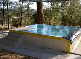 Speelbad voor de kinderen en een verkoelingsbad voor de ouders onder het genot van een lokale Mateus Rosé!