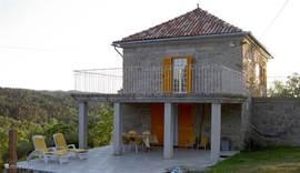 Balkon Terras & Afdak dat mogelijkheid biedt om vanuit de op de begane grond gelegen keuken, om buiten te ontbijten, lunchen en dineren.
