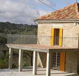 Balkon Terras & Afdak dat mogelijkheid biedt om vanuit de op de bagane grond gelegen keuken om buiten te ontbijten, lunchen en dineren.