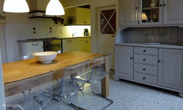 Gezellige en lichte leefkeuken met vaatwasser, oven, elektrische kookplaat, afzuigkap en koelkast met vriesvak.