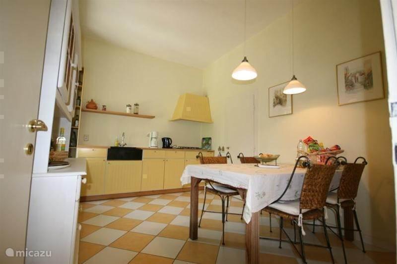 Keuken: 13.5 m2 en bijkeuken: 5 m2