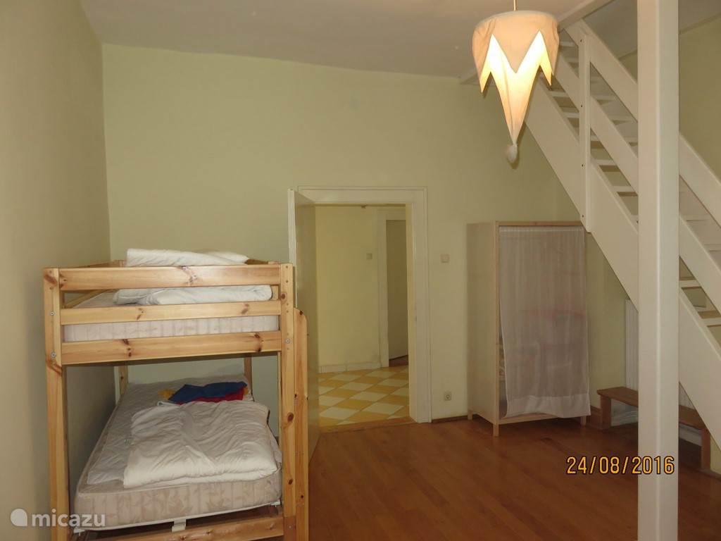 Grote ruime slaapkamer voor 2 personen in torenkamer.