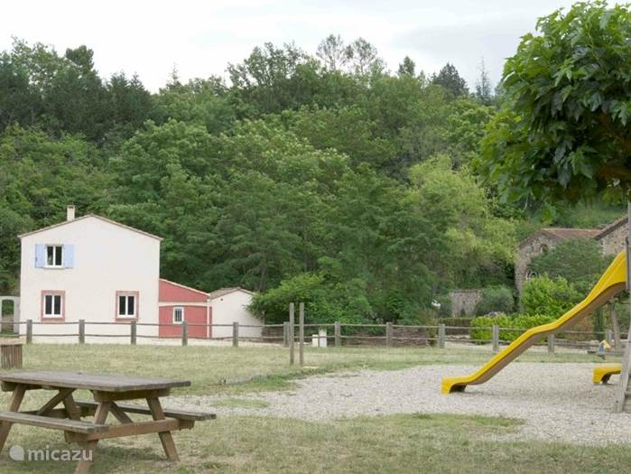 Het kleine speeltuintje werd ons door de gemeente aangeboden als dank voor hetgeen wij voor de dorpsgemeenschap in 25 jaar deden. Helaas wordt het bijna uitsluitend gebruikt door de kinderen van de bewoners van het huis met de blauwe luiken.