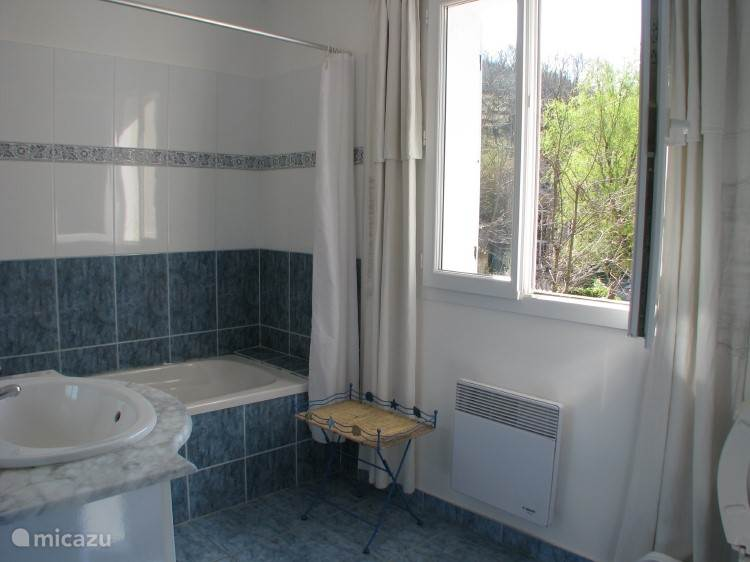 Deze extra badkamer is op de eerste verdieping