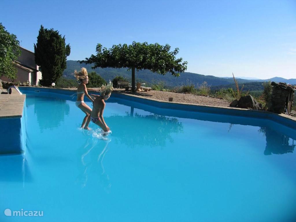 het zwembad van de Mas Blanc heeft een adembenemend uitzicht over de heuvels van de Cevennes.  Deze foto symboliseert de rust en het plezier van uw Mas Blanc vakantie