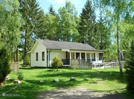 Super VAKANTIE HUISJE. Sauna en kinderspeelhuisje in de tuin, Heerlijk idyllisch gelegen. Groot zonneterras (50m²) een overdekt terras en 1150 m² eigen grond. 700m van het meer waar een roeibootje klaar ligt. Prijs vanaf €450,- tot  €725,- op basis van 2 personen