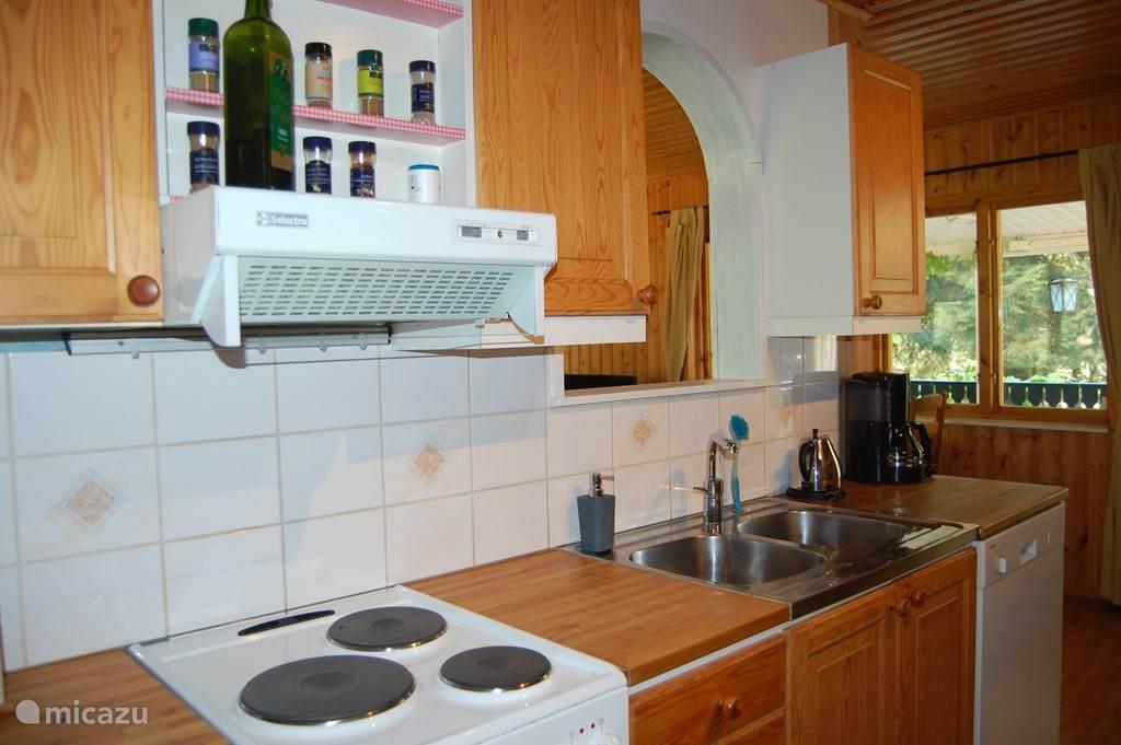 De compacte keuken  is van alle gemakken voorzien.