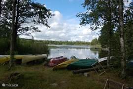 Het meer ligt op zo'n 700m afstand. Daar ligt ook een roeibootje waar u (op aanvraag) gebruik van kunt maken!
