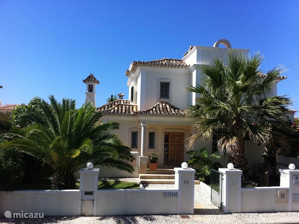 Villa Vivenda is een ruime, uiterst luxe villa met privé zwembad, gelegen in de urbanisatie Varandas do Lago, in de zogenaamde 'gouden driehoek' (tussen de strand- en golf mekka's Vale do Lobo en Quinta do Lago bij Almancil in de Algarve).