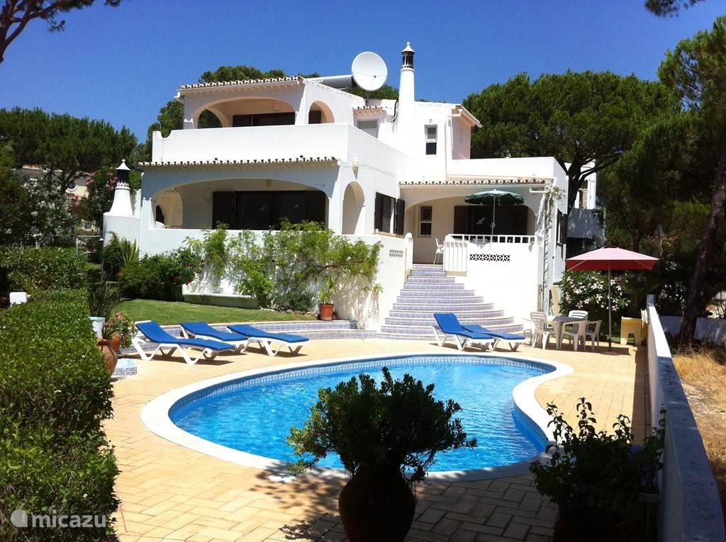 Villa Alegria is een in Algarviaans/Moorse stijl gebouwde, ruime, luxe villa met privé zwembad, gelegen in de urbanisatie Vale do Garrão, in de zogenaamde 'Gouden Driehoek' (tussen de strand- en golf mekka's Vale do Lobo en Quinta do Lago bij Almancil in de Algarve).