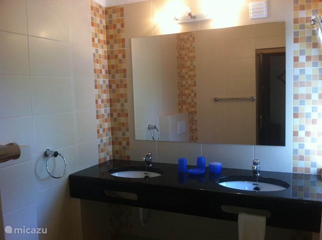 badkamer 3 op begane grond, behorend bij slaapkamer 3