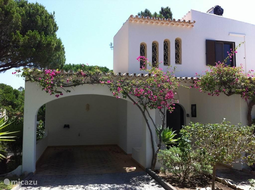 Villa Alegria carport