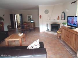 Villa Alegria, Woonkamer met flatscreen TV, WIFI en open haard