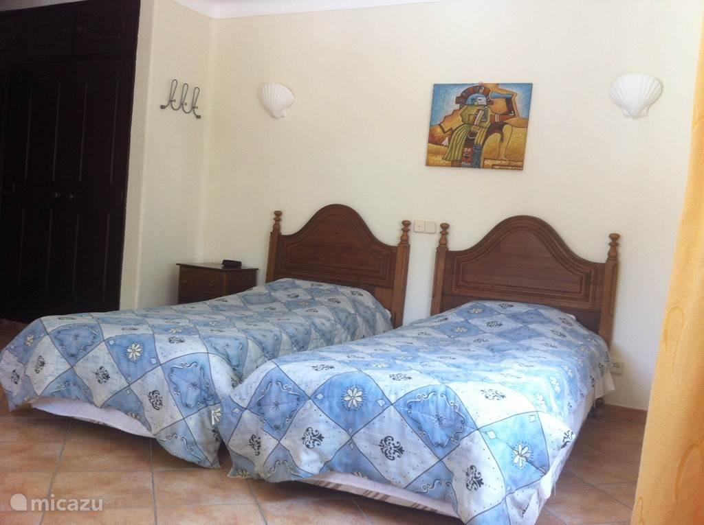 slaapkamer 2 met en-suite badkamer op begane grond