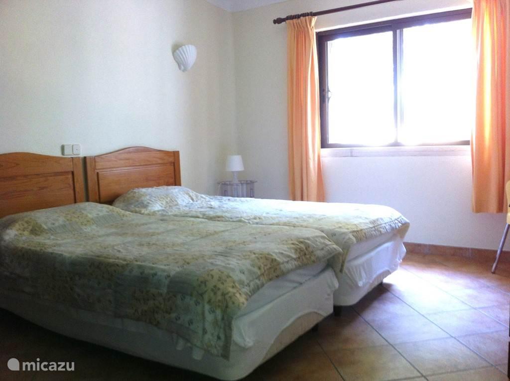 slaapkamer 3 met eigen badkamer op de begane grond