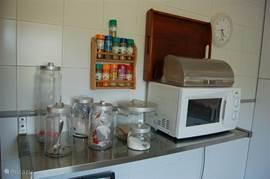 De magnetron, thee, suiker en koffie en allerlei kruiden.