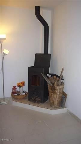 De houtkachel (milieuvriendelijk en warm!). U krijgt een mand met hout van ons, mocht u meer gebruiken (in de winter) kunt u extra hout van ons gebruiken en na uw huurperiode met ons afrekenen.