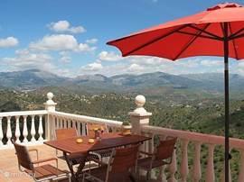 Ontbijten in het zonnetje of in de schaduw van de parasol, met de Axarquia aan uw voeten. De zon komt in de zomer rond 9 uur aan deze kant van het huis op, dus u kunt al heerlijk opwarmen tijdens het ontbijt.