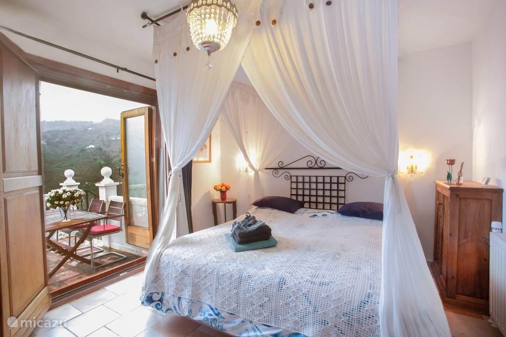 De ouderslaapkamer, waar het fris opgemaakte bed bij aankomst op u wacht! Vanuit uw bed heeft u een machtig mooi uitzicht over de hele Axarquia (de Toscane van Spanje!)