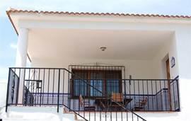 De entree. U bewoont de hele verdieping op straatnivo, voor het zwembad neemt u de trap naar beneden. (voor kleine kinderen kan de trap afgesloten worden van boven)