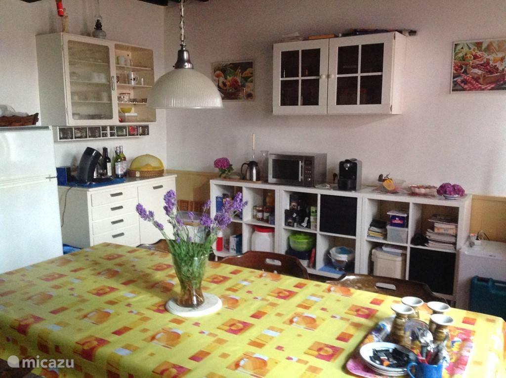 Voldoende opbergruimte in de ruime keuken.
