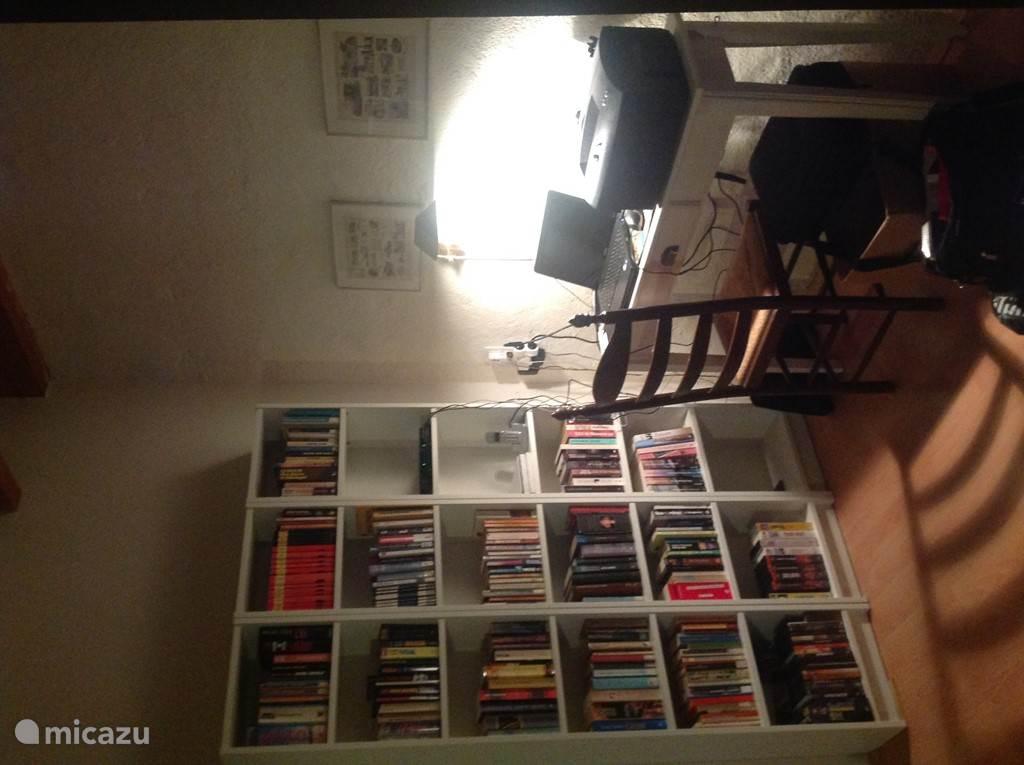 Boekenkast en vast internet in een van de hoeken van de woonkamer. De boekenkast bevat lectuur en literatuur.